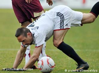 Simbolična scena koja ilustrira Bayernovu sezonu: Ribèry gubi jedan duel