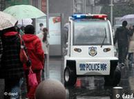 上周日(3月6日),警察在上海街头巡逻