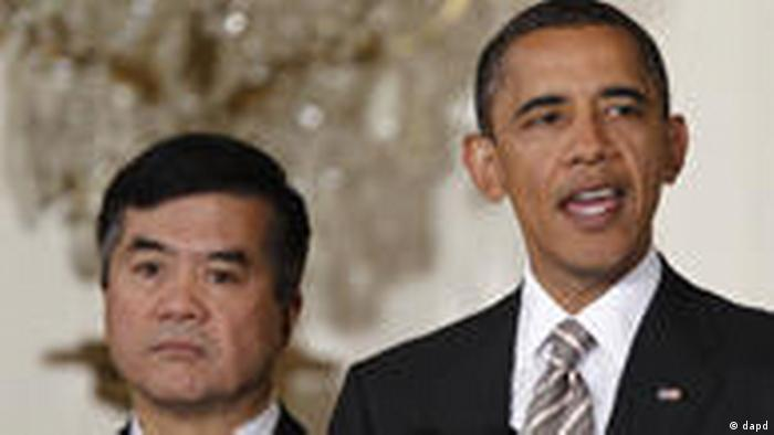 In this Aug. 11, 2010, photo, President Barack Obama speaks as Commerce Secretary Gary Locke listens before he signs the Manufacturing Enhancement Act of 2010 in the East Room of the White House in Washington. A senior administration official says Obama plans to nominate Locke to be the next U.S. ambassador to China. (Foto:Charles Dharapak/AP/dapd)