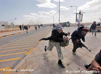 ثوار ليبيا يحتاجون غطاء جويا لاستئناف الثورة سلميا