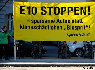 'Efficient cars instead of environmentally harmful biofuel' reads a sign from Greenpeace in German