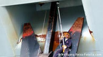 Ein Maler auf einem Schiffsanker