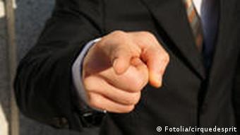 Jemand zeigt mit dem Finger