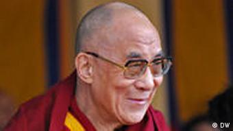 Der Dalai Lama gibt am 10.3.2011 bekannt, dass er als politisches Oberhaupt der Tibeter Exilregierung zurücktreten wird. Als religiöser Führer bleibt der 76-jährige Friedensnobelpreisträger aber aktiv und wird sich weiter «für die gerechte Sache Tibets» einsetzen. Titel: Tempelrede des Dalai Lama 10.3. Wer hat das Bild gemacht?: Adrienne Woltersdorf Wann wurde das Bild gemacht?: 10.3.2011 Wo wurde das Bild aufgenommen?: McLeodganj