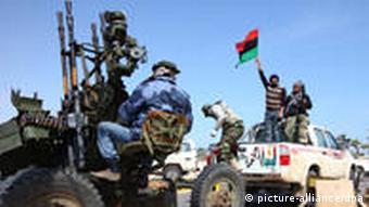 Libysche Auftständische halten stolz ihre rot-schwarz-grüne Fahne hoch (Foto: dpa)