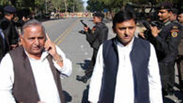 Indien Lucknow Mulayam Singh Yadav und Akhilesh Yadav (UNI)