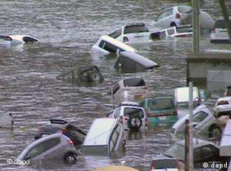 Maşini luate de valuri seismice în Japonia