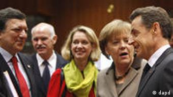 German Chancellor Angela Merkel, center right, speaks with French President Nicolas Sarkozy, fifth right, during a round table meeting at an EU Summit in Brussels on Friday, March 11, 2011. European Union nations are putting French President Nicolas Sarkozy under pressure even before his arrival at Friday's EU summit, complaining he was out of line to give a Libyan opposition group diplomatic recognition before any joint action could be discussed. Standing left is European Commission President Jose Manuel Barroso, and second left is Greek Prime Minister George Papandreou. (Foto:Virginia Mayo/AP/dapd)