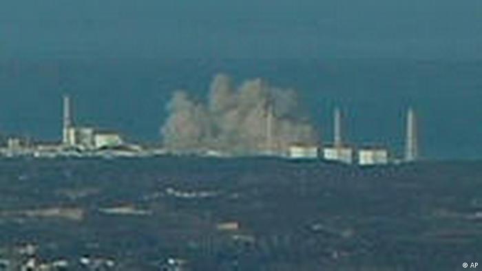 Imagem mostra muita fumaça sobre a usina de Fukushima.