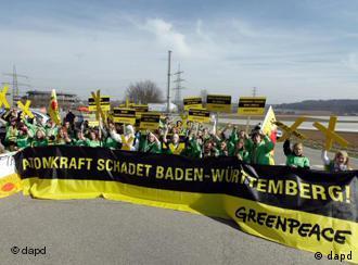Greenpeace-Aktivisten demonstrierenvor dem Atomkraftwerk Neckarwestheim (Foto: dapd)