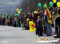 Teilnehmer der Menschenkette gegen die Atompolitik (Foto: dapd)