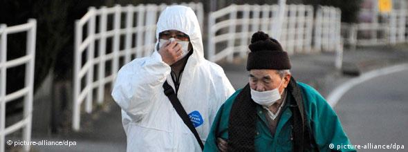 ###Nicht für Flash-Galerien geeignet!### epa02629077 An elderly resident is escorted to be taken to a shelter by a man wearing a protective outfit near the Daiichi facility nuclear plant at Futaba city, Fukushima prefecture, Japan, on 12 March 2011. More than 1,000 people were feared dead after Japan was hit by an earthquake and tsunami, the government said 12 March, as concern rose over damaged nuclear reactors. Japan was assessing the devastation a day after the 8.9-magnitude quake and devastating tsunami rocked the north-eastern part of the country on 11 March 2011. EPA/FRANCK ROBICHON +++(c) dpa - Bildfunk+++