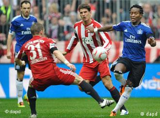 Bayern and Hamburg players fighting for the ball