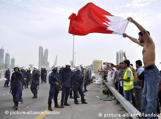 麦纳麦的示威者和警察