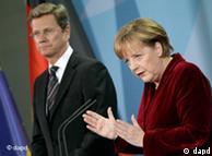 صدراعظم آنگلا مرکل، و وزیر امور خارجه آلمان، گیدو وستروله، در کنفرانس مطبوعاتی روز دوشنبه درباره نیروگاههای اتمی آلمان