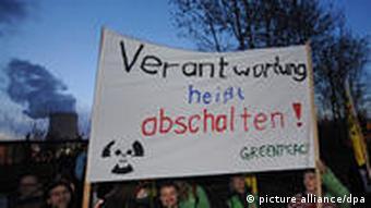 Atomgegner bei einer Mahnwache vor den Kraftwerken Isar 1 und 2 in Niederaichbach, Niederbayern (Foto: dpa)