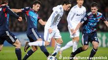 firo Fußball , Fussball: 22.02.2011 Champions League: Achtelfinale Olympique Lyon - Real Madrid 1:1 Torchance Zweikampf am Boden links CRIS / gegen Torwart Hugo Zweikampf Mesut Oezil Özil
