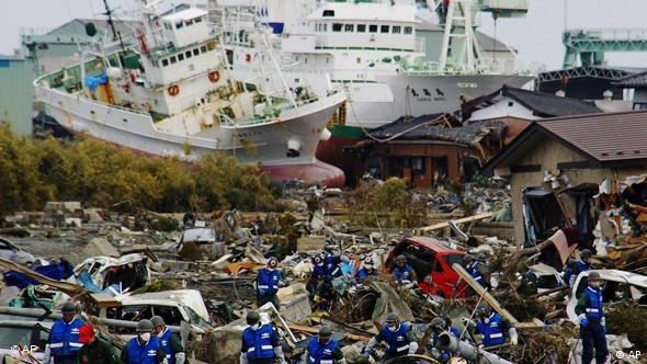 Socorristas procuram vítimas após o terramoto e o tsunami