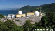 Die beiden brasilianischen Atomreaktoren Angra 1 (l.) und Angra 2, aufgenommen am 06.04.2005 nahe Angra dos Reis im Bundesstaat Rio de Janeiro. Ende 2004 haben Brasilien und Deutschland ihre Zusammenarbeit am bisherigen gemeinsamen Atomprogramm eingestellt. Danach sollten mit deutscher Technologie dennoch mehrere Kernkraftwerke in Brasilien errichtet werden. Gebaut wurde aber nur in Angra. Die Anlage Angra 2 wurde von Siemens in Zusammenarbeit mit einheimischen Firmen errichtet und kostete 14 Milliarden US-Dollar. Sie liefert seit Ende 2000 eine Leistung von etwa 1000 MW. Um einen Ausbau des Standortes mit dem Kernkraftwerk Angra 3 wird in der brasilianischen Politik zur Zeit noch gestritten. Die deutsche Wirtschaft hat nach Angaben des Bundestages für Angra 3 bereits Lieferungen im Umfang von etwa 750 Millionen Euro getätigt. Foto: Ralf Hirschberger +++(c) dpa - Report+++