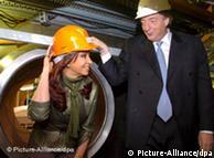 En agosto del 2007 el entonces presidente argentino Nestor Kirchner inaugura Atucha II, junto a su esposa.