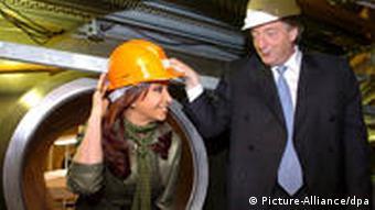 Néstor Kirchner, der im Oktober 2010 verstarb, und seine Frau Cristina Fernández de Kirchner besuchten 2007 das Kernkraftwerk Atucha. Sie stehen vor einer Röhre und tragen beide Helme (Foto: dpa)