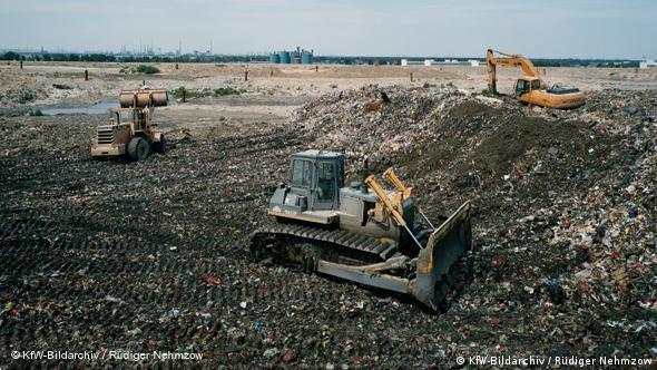 Abfallentsorgung, Recycling, kompostierter Hausmüll wird zur Landschaftsgestaltung weiter verwendet, im Juli 2005, China +++KfW-Bildarchiv / Rüdiger Nehmzow+++ Lizenz: http://bildarchiv.kfw.de/kata/Katalog