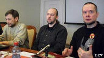 Die belarussischen Ökologen Wladimir Tschuprow, Wladimir Sliwjak, Andrej Oscharowskij bei einer Pressekondferenz (Foto: DW)