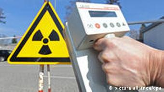 Collage of a geiger counter in front of a radiation warning sign Photo: Patrick Seeger dpa/lsw +++(c) dpa - Bildfunk+++
