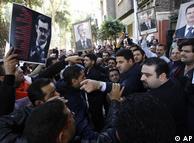 در کنار وعده و وعید، حکومت هواداران خود را نیز برای نمایش قدرت به خیابانها میآورد