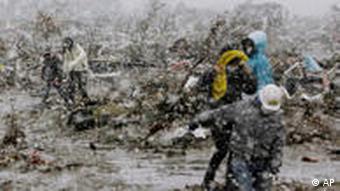 Waokoaji wakitafuta miili ya walofariki kutokana na tetemeko na tsunami