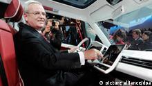 Martin Winterkorn, Vorstandsvorsitzender des Volkswagenkonzerns, stellt am Montag (28.02.2011), am Vorabend des ersten Pressetages beim Autosalon Genf, in einer Veranstaltungshalle in Genf, Schweiz, die Studie VW Bulli vor. Foto: Uli Deck dpa