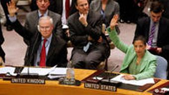 British and American UN ambassadors voting in favor of Libyen no-fly zone