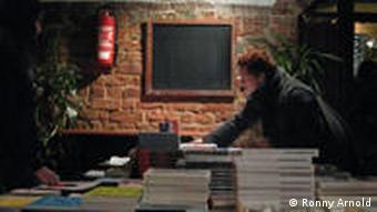 Buchstand 'Junge Literatur' in der Moritzbastei (Foto: Ronny Arnold)