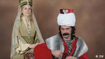 Menschen posieren in Kostümen aus der Zeit von Souleyman, dem Prächtigen (Foto: DW)