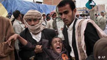 Ein Verwundeter wird von Menschen in Sanaa getragen (Foto: AP)