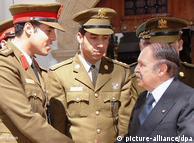 خامس قذافی، الجیریا کے صدر سے مصافحہ کرتے ہوئے