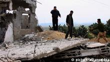 epa02641549 Palestinian Hamas security forces inspect the remains of a destroyed military site after Israeli strikes on the east of Gaza Strip on, 19 March 2011. EPA/MOHAMMED SABER DAILY +++(c) dpa - Bildfunk+++ usage Germany only, Verwendung nur in Deutschland