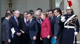 Nicolas Sarkozy (Mitte) mit Angela Merkel (3. v.r.) und EU-Präsident Herman Van Rompuy (2. v.l.) (Foto: dapd)