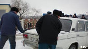 Двое мужчин толкают машину