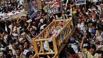 Särge von getöteten Demonstranten werden von einer Menschenmenge getragen (Foto: AP)
