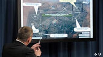 US-Generalstabschef William Gortney vor einer militärischen Landkarte (Foto: AP)