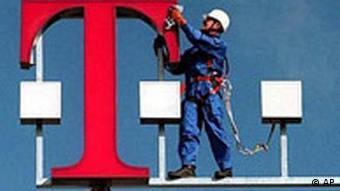 Telekom Logo wird geputzt