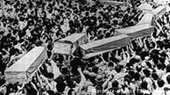 Beisetzung von mutmaßlichen Opfern amerikanischer Luftangriffe auf Libyen am 18. April 1986 (Foto: dpa/pa)