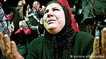 Frauen mit erhobenen Händen in Bengasi (Foto: dpa)