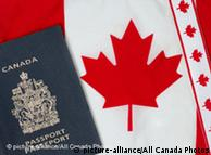 گذرنامه و پرچم کانادا