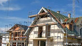 Eine Baustelle mit mehreren Häusern