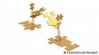 Symbolbild: Zwei goldene Männchen stehen sich gegenüber und halten einen Puzzlestein in der Hand