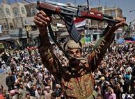 تصویری از  یک افسر ارتش یمن که به صف مخالفان پیوسته است