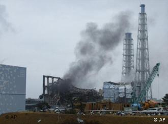 In this photo released by Tokyo Electric Power Co. (TEPCO), gray smoke rises from Unit 3 of the tsunami-stricken Fukushima Dai-ichi nuclear power plant in Okumamachi, Fukushima Prefecture, Japan, Monday, March 21, 2011. Official says the TEPCO temporarily evacuated its workers from the site. At left is Unit 2 and at right is Unit 4. (Foto:Tokyo Electric Power Co./AP/dapd) EDITORIAL USE ONLY