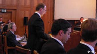 Der mazedonische Außenminister bei der Anhörung zum Namensstreit zwischen Mazedonien und Griechenland